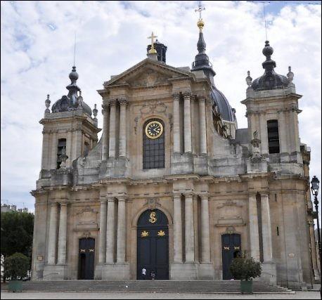 Cette cathédrale d'Ile de France, construite au XVIIIe siècle dans le style classique, se situe à ....