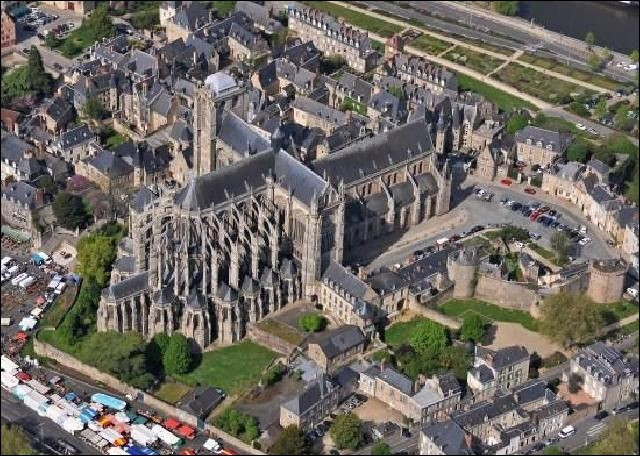 Cette cathédrale Saint-Julien, située sur la butte de la vieille ville, réunit une nef romane et un choeur et un transept gothiques. Dans quelle ville la verrez-vous ?