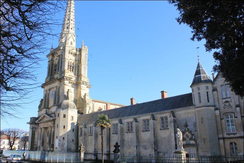 Cette cathédrale de l'ouest, gothique avec quelques éléments romans, a été largement reconstruite au XVIIe siècle après les destructions des guerres de religion ; sa haute flèche de 85 mètres a été édifiée au XIXe dans le style néo gothique. Elle se trouve à ...