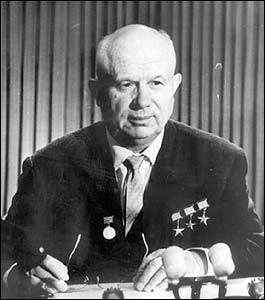 Quel terme, premièrement utilisé par Krouchtchev, désigne l'adulation excessive d'un chef d'Etat dans un régime totalitaire ?