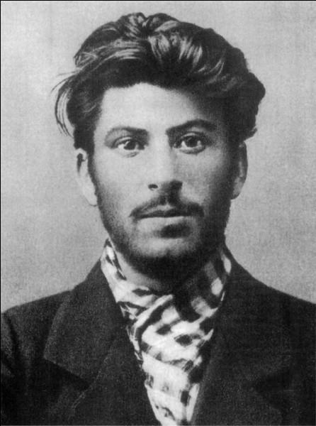 """Que signifie en russe """"Staline"""", mot à l'origine du surnom de Joseph Djougachvill ?"""