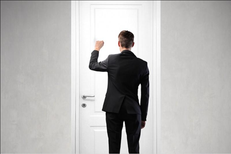 Quelqu'un frappe à la porte. Vous ouvrez et vous vous rendez compte que vous ne le connaissez pas. Il vous adresse un coucou. Que faites-vous ?