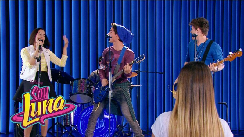 Qui est la fille qui chante avec eux sur la photo ?