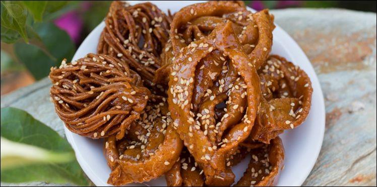 Où la chebakia demande-t-elle beaucoup d'habileté pour donner la forme enchevêtrée caractéristique à cette pâtisserie parfumée ?