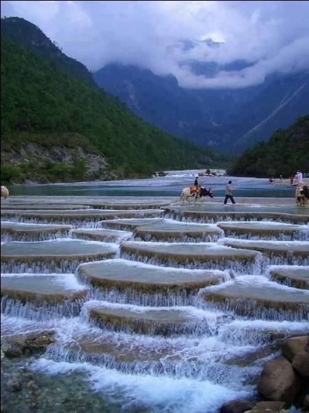 Sur Trip Advisor, on compare Baishuihe aux merveilles de Yellowstone. Nous sommes en présence d'un gisement de minéraux blancs sous la forme de bassins en terrasses. Faut avouer, que même en étant incapable de l'expliquer complètement, c'est déjà admirable à voir. Les gens considèrent les terrasses d'eau de Baishui comme un sanctuaire.Dans quel pays trouve-t-on pareil phénomène ?