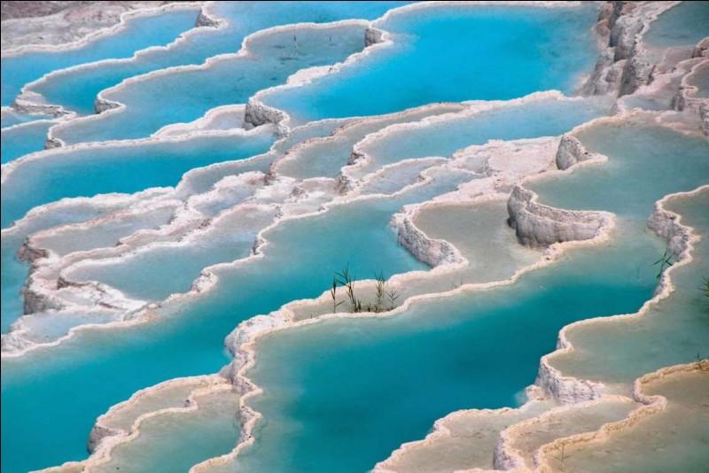 Photo de formations de terrasses en travertin, déposées par l'eau des sources chaudes, qu'on peut voir à Pamukkale : ''différentes sources de tuf qui forment des terrasses de vasques et de cascades de couleur blanche''(tresorsdumonde.fr).Dans quel pays trouve-ton Pamukkale, classé au patrimoine mondial de l'Unesco depuis 1988 ?