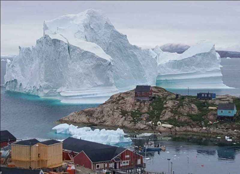 """La présence de cet iceberg près du village d'Innaarsuit, ne réjouit guère ses 169 habitants. C'est sa dimension qui est effrayante soit, près de 100 m de haut, 200 m de large pour une masse estimée à 11 millions de tonnes. """"Nous craignons la séparation de l'iceberg, provoquant une inondation dans la zone"""", a déclaré Lina Davidsen, chef de sécurité (maxisciences.com).Dans quel pays se situe-t-on ?"""