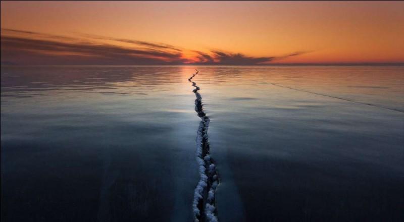 Photo d'Alexey Trofimov ''a superb talented nature, landscape and wildlife photographer'', qui nous montre le lac, ayant le plus grand volume d'eau douce sur notre planète, se fissurer. Avez-vous déjà franchi une telle fracture, seul sur un lac, avec les craquements des bulles d'eau ?Identifiez dans quel pays est situé ce lac, le plus profond au monde.