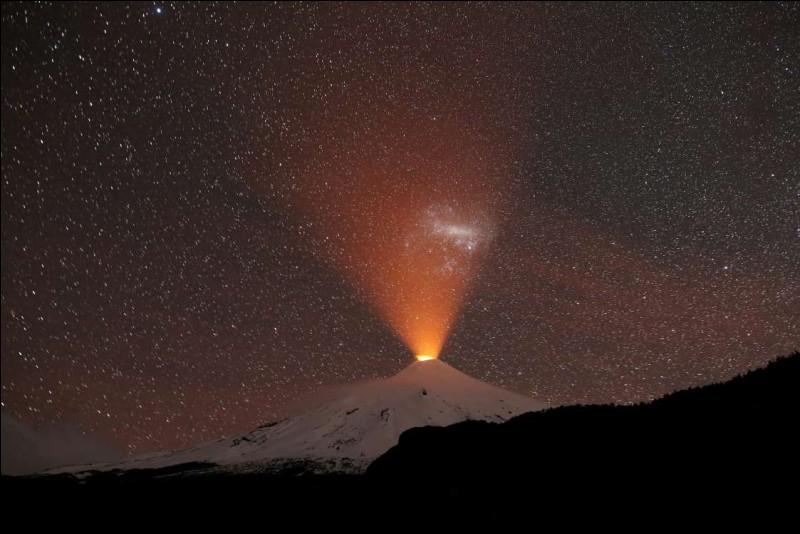 Le Villarica représente un des plus actifs volcans d'Amérique du Sud : il est situé dans la Cordillère de Patagonie. On apprécie, ici, une vue de nuit depuis la station touristique voisine de Pucón. C'est aussi le nom d'une localité et d'un parc national où l'on trouve des cavernes qui sont ouvertes à l'exploration.Dans quel pays faut-il aller pour le trouver ?