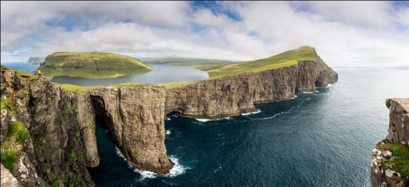 Photo du lac Sørvágsvatn, surplombant l'océan Atlantique : il s'agit du plus grand lac (6 km) des îles Féroé, archipel au loin entre l'Islande et la Norvège, avec une surface de 3,4 km².De quel pays, les îles Féroé sont-elles une province autonome ?