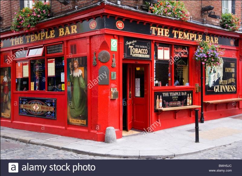 """Situé au 47-48 Temple Bar, """"The Temple Bar"""" le plus célèbre des pubs de Dublin : plusieurs salles en enfilade derrière une devanture rouge, whiskies à gogo, bières... . Combien de whiskies propose-t-il ?"""