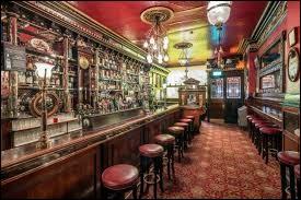 """""""The Long Hall"""" au 51 South George Street, très beau pub de la fin du XIXe siècle. Les murs et lustres en cristal valent le détour, ambiance (presque) feutrée. Au fil des heures (et des pintes) The Long Hall s'anime avec une clientèle particulière. Mais laquelle bon sang ?"""