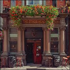 """""""The Stag's Head"""" (tête de cerf) situé au 1 Dame Court : fauteuils de cuir, comptoir en marbre et acajou, un pub magnifique où l'on mange très bien (rare en Irlande). De quand date ce pub ?"""