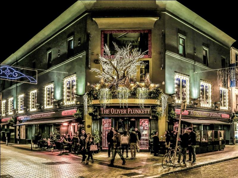 ''The Oliver Plunkett'' au 116 Oliver Plunkett Street en plein centre de Cork : alcools et bières à foison, musique traditionnelle tous les soirs et repas typiquement irlandais. À quelle heure devez-vous commander votre plat ?