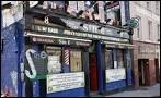 """Le """"Sin E"""" au 8 Coburg Street : petit pub sur 2 étages, très bruyant mais """"so fun"""" musique locale de qualité. Hormis les bières et le whiskey, quelle boisson fait la popularité de ce pub ?"""