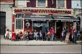 """Au """"Kelly's Bar"""", 19 Roger Casement Square à Cobh (comté de Cork), Tom Kelly et son équipe sont très sympas. Dans quel décor vous trouverez-vous ?"""
