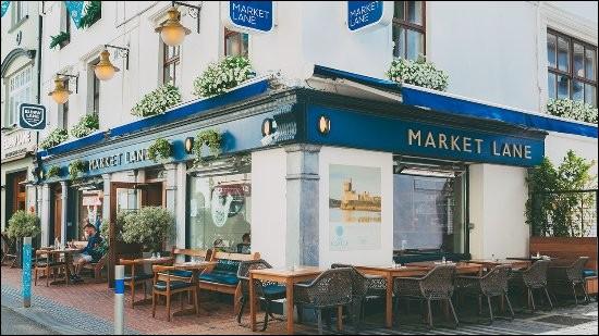 Au coeur de Cork ''The Market Lane'' sur Oliver Plunkett Street ouvert 7/7 de midi à 21h30 /22/30 le week-end. Bonne bouffe, mais il y a un ''truc'' qui ne colle pas. Quoi donc ?