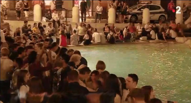 Fontaine de Trévi, Rome, 23 h 30 > Dès l'aube, le fond en sera dragué pour récupérer quelques 5 000 €. Seulement une personne sur 6 y a jeté 5 cents : combien y avait-il de touristes hier ?