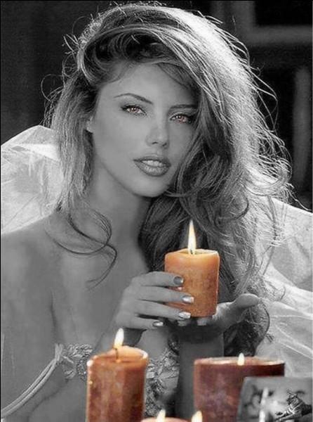 Les temps ont changé, l'éclairage se modernise ! Comment une blonde fait-elle pour allumer la lumière après avoir fait l'amour ?