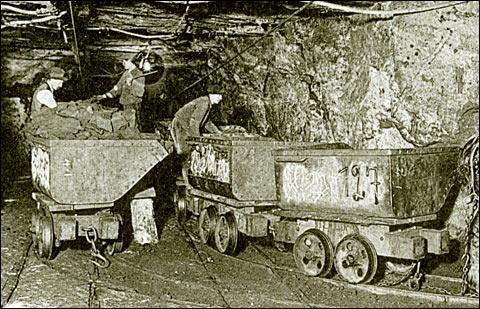Qu'utilisait le mineur pour transporter le charbon dans les galeries de la mine ?