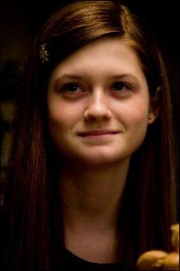 Dans ''Harry Potter et la chambre des secrets'', lorsque Ginny est possédée par Tom Jedusor, elle étrangle...