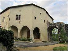 Nous sommes dans le Grand-Est devant le corps de garde du château de Prény. Ville du parc naturel régional de Lorraine, bâti sur un éperon rocheux, il se situe dans le département ...
