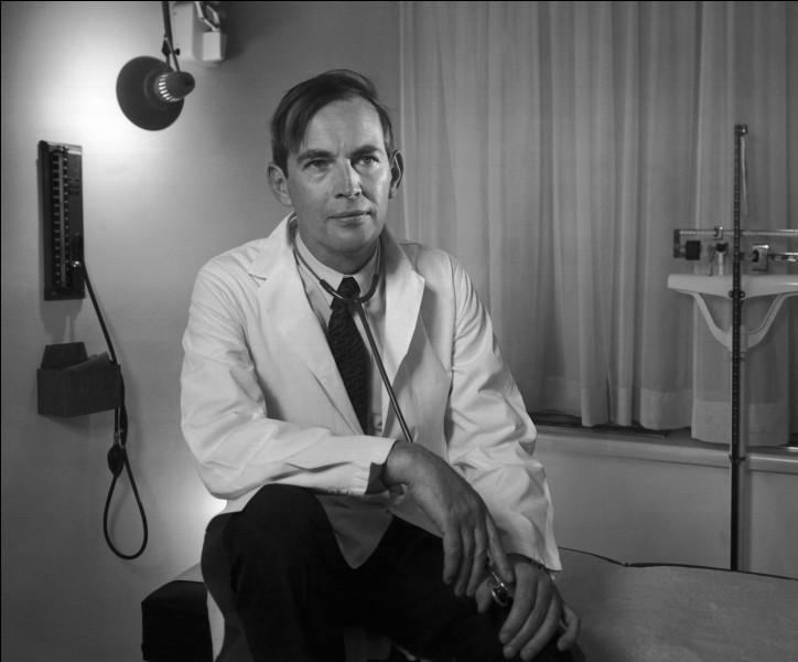 Cet homme a réalisé la toute première transplantation cardiaque en 1967. Nommez-le.