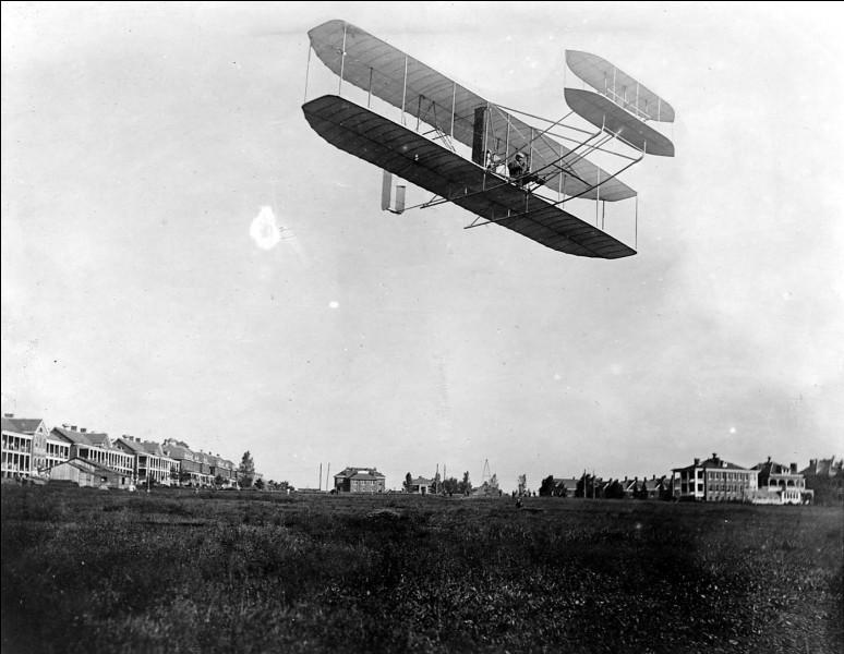 Caroline du Nord, Willbur regarde Orville décoller, mais pouvez-vous dire en quelle année cet événement s'est déroulé ?