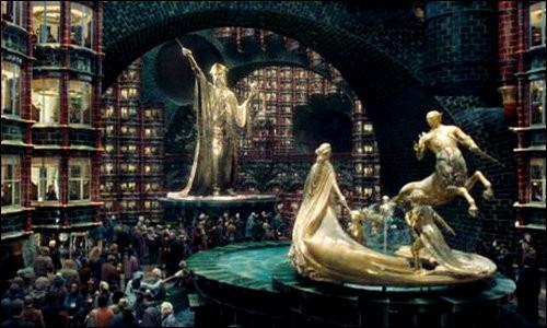 Dans HP5, Dumbledore ensorcelait une statue du ministère pour protéger Harry. Laquelle était-ce ?