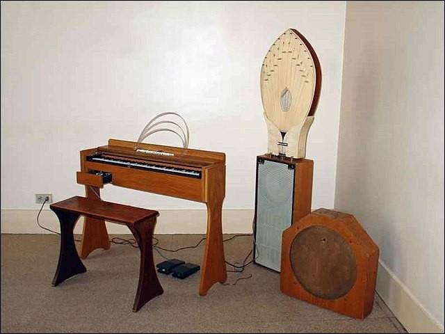 Les ondes Martenot : cet instrument particulier fait penser à une scie musicale (chez Honegger, Milhaud, Jolivet ou Messiaen), mais aussi dans Brel, Piaf, Sauvage ou Ferré. Comment s'appelle celui qui en joue ?