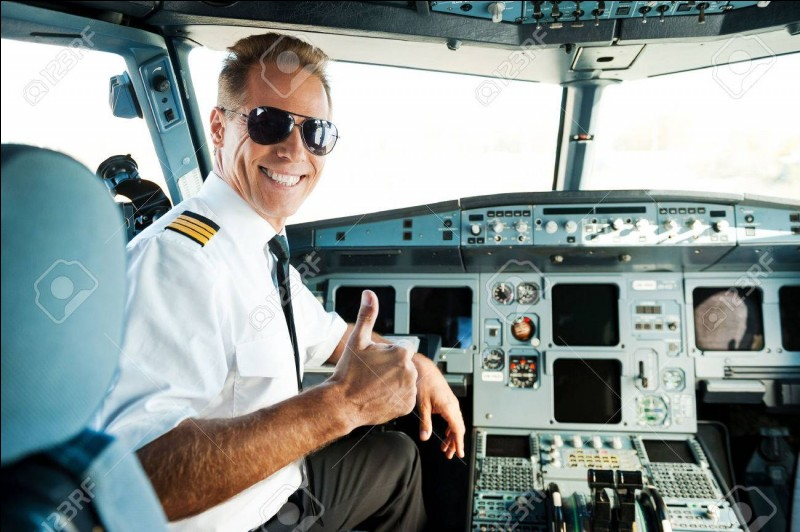 """""""Y a-t-il un pilote dans l'avion"""" est un film joué par Leslie Nielsen."""