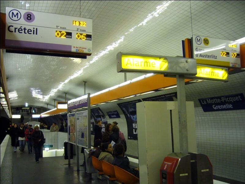 Combien de lignes de métro passent par la Motte Picquet-Grenelle ?