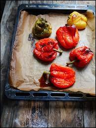 Sur cette photo, on peut voir des tomates.