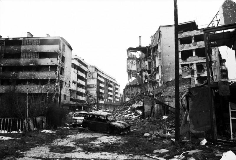 Qui bloquait les alentours de la capitale bosniaque ?