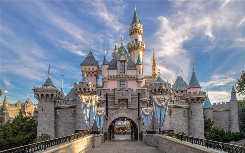Enfant : Quel célèbre parc d'attractions a été fait pour Disney ?