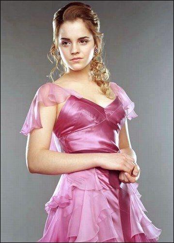 En quoi est faite la robe qu'Hermione a portée au bal et combien de temps a-t-elle mis pour la faire ?