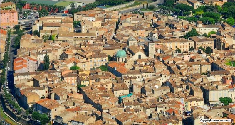 Petite ville française, dans le Vaucluse, proche du massif du Lubéron :