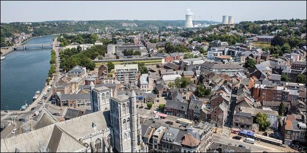 Ville belge de 20 000 habitants, située sur la Meuse, entre Namur et Liège :