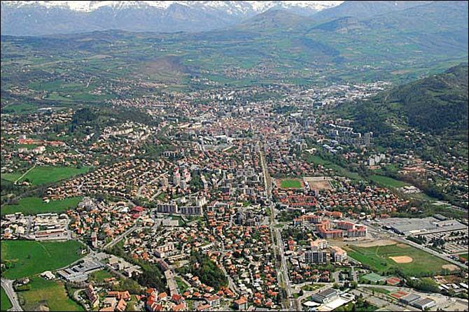Ville française, dans les Alpes, préfecture de 40 000 habitants :