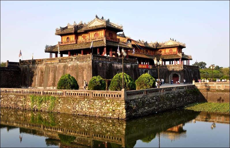 Ville du Vietnam ancienne capitale impériale, qui conserve un important patrimoine malgré les bombardements qui l'ont ravagée en 1968 :