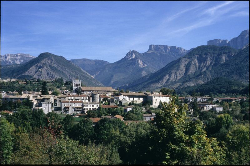 Petite ville française, dans le département de la Drôme au pied du massif du Vercors :