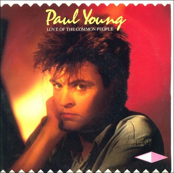 ''Love of the Common People'' est une chanson de Paul Young qui porte le même nom qu'Angus Young du groupe AC/DC. Quelle tenue porte ce guitariste sur scène ?