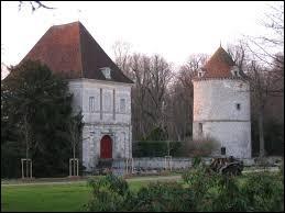 Vous avez sur cette image le donjon et le pigeonnier du château de La Houssaye-en-Brie. Commune francilienne, elle se situe dans le département ...