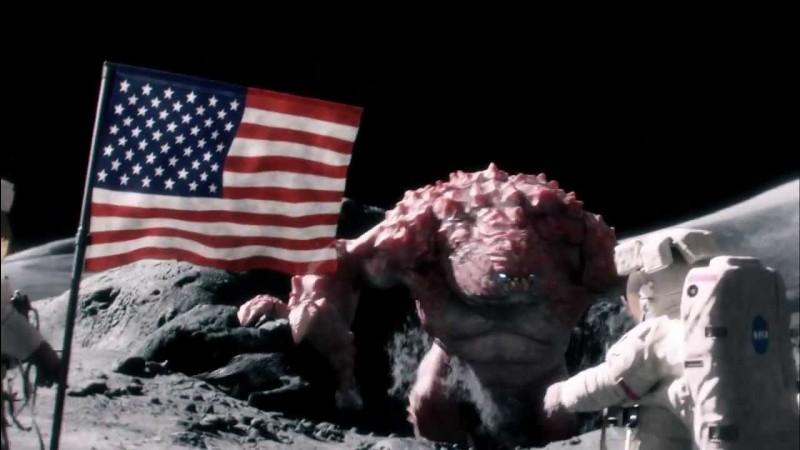 Pub Beans, des astronautes atterrissent sur une planète, malheureusement un énorme monstre les attaque et les massacre un par un, sauf un, il a eu le temps de se cacher, il se croit sauvé mais il se trahit !
