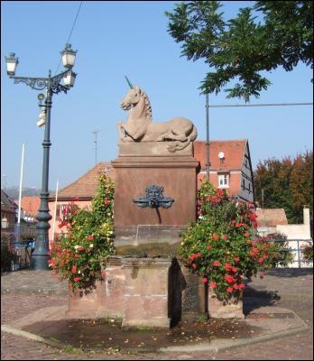 Dans quelle ville alsacienne ayant la licorne pour emblème peut-on voir la fontaine de la licorne ?