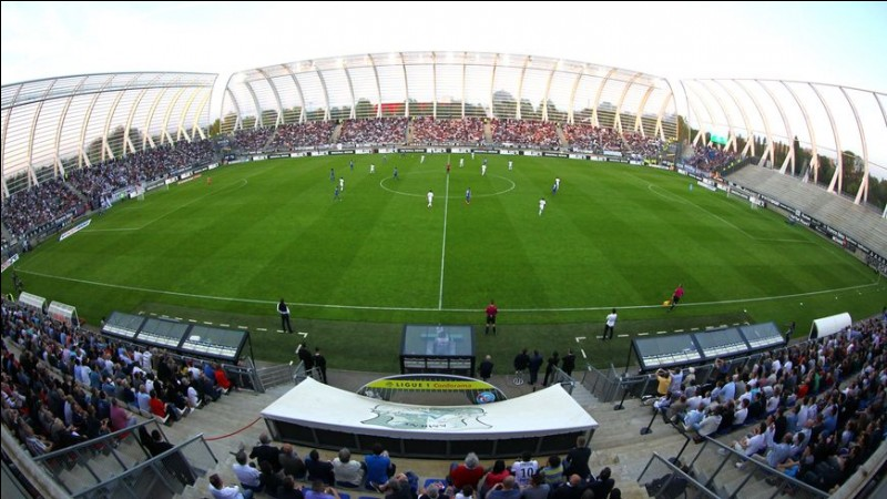 """Dans quelle ville des Hauts-de-France se situe le stade de football """"La licorne"""" ?"""