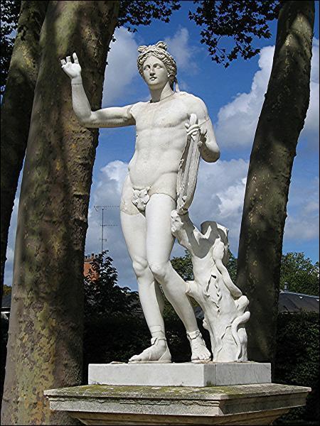 Quel dieu grec est representé sous les traits du roi Louis XIV ?