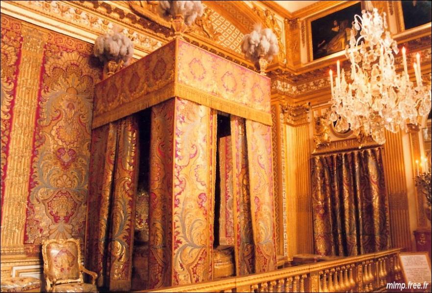 Où se trouve la chambre du Roi par rapport à l'ensemble du château ?
