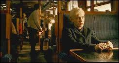 Lors du voyage en Hogwarts Express, Harry décide de se cacher pour épier la conversation de Draco Malfoy. Comment fait-il pour ne pas être vu ?