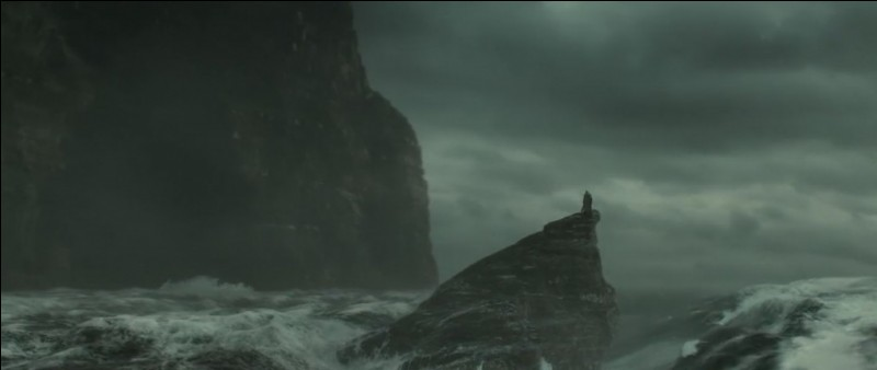 Albus Dumbledore et son élève favori décident de se rendre dans une caverne pour aller récupérer un Horcruxe (une partie d'âme de Voldemort cachée dans un objet ou un être vivant). Mais là, horreur...